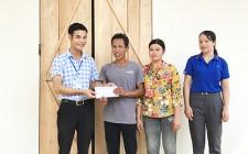 Trao tiền hỗ trợ làm nhà đại đoàn kết cho hộ nghèo