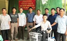 Trao tiền hỗ trợ cho người khuyết tật