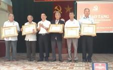Nghĩa Hưng trao huy hiệu Đảng