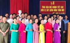 Phụ nữ và Công an huyện Nghĩa Đàn trao tặng bàn ghế, khánh tiết cho đơn vị xây dựng NTM