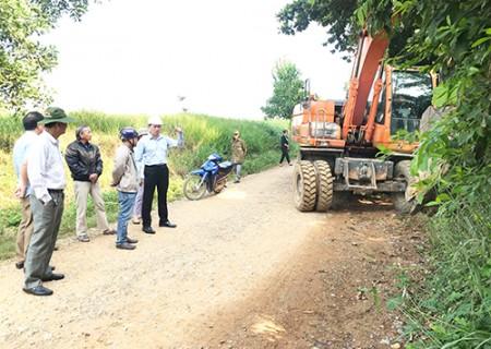 Đồng chí Phan Văn Bình kiểm tra tiến độ giải tỏa, tạo mặt bằng xây dựng tuyến đường cứu hộ vùng lũ, đảm bảo an ninh quốc phòng tại xã Nghĩa Bình