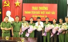 Đồng chí Lê Hồng Sơn chúc mừng công an huyện Nghĩa Đàn đấu tranh triệt phá đường dây đánh bạc sử dụng công nghệ cao