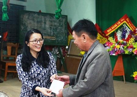 Đồng chí Bí thư Huyện ủy Hoàng Thị Thu Trang dự sinh hoạt chi bộ tại Thị trấn Nghĩa Đàn