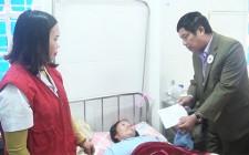 Tặng quà cho bệnh nhân có hoàn cảnh đặc biệt khó khăn