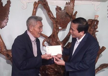 Đồng chí trưởng ban Tuyên giáo Huyện ủy tặng quà các đảng viên 70 năm tuổi Đảng