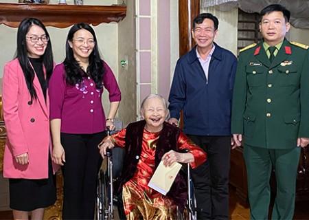Đồng chí Hoàng Thị Thu Trang thăm, tặng quà mẹ Việt Nam anh hùng, đảng viên tiêu biểu, hộ nghèo