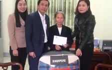 Tặng quà của phó thủ tướng Chính phủ Vương Đình Huệ cho các gia đình có công có hoàn cảnh khó khăn