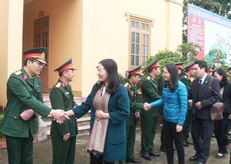 Đồng chí Cao Thị Hiền thăm, chúc tết, tặng quà ở Nghĩa Đàn