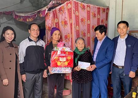 Đồng chí Lê Thái Hùng, chủ nhiệm UBKT Huyện ủy tặng quà tết
