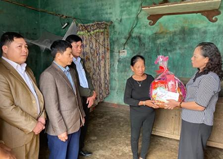 Phó chủ tịch Hội đồng nhân dân huyện tặng quà các gia đình chính sách