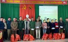Ban chỉ huy quân sự huyện Nghĩa Đàn trao quà tết cho hộ nghèo