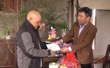 Đồng chí Võ Tiến Sỹ thăm và tặng quà tết