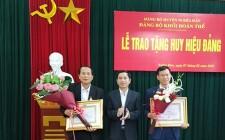 Đảng bộ khối đoàn thể trao huy hiệu 30 năm tuổi đảng