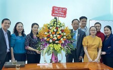 Đồng chí bí thư huyện ủy chúc mừng ngày Thầy thuốc Việt Nam 27/2