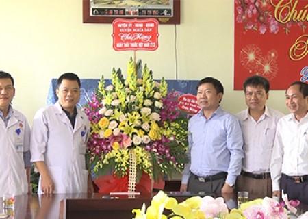 Đồng chí Võ Tiến Sỹ thăm tặng quà các đơn vị y tế