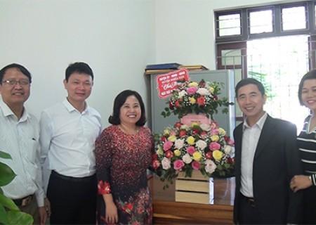 Đồng chí Phan Tiến Hải chúc mừng các đơn vị y tế