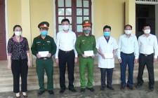 Lãnh đạo huyện Nghĩa Đàn tặng quà động viên các lực lượng làm nhiệm trên tuyến đầu phòng chống dịch Covid – 19 trên địa bàn