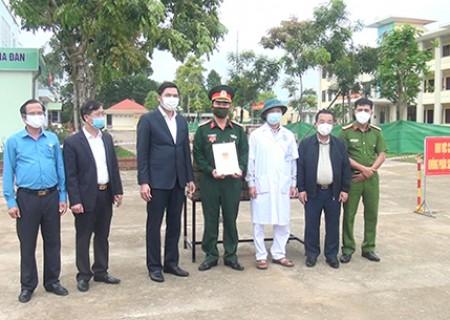 Đồng chí Hoàng Nghĩa Hiếu thăm, tặng quà các lực lượng làm nhiệm vụ tại các khu cách ly tập trung trên địa bàn Nghĩa Đàn