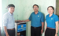 LĐLĐ huyện Nghĩa Đàn trao tặng máy lọc nước cho các trường học