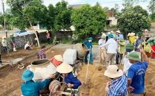 LĐLĐ huyện Nghĩa Đàn giúp nhân dân xóm An Phú xây dựng NTM