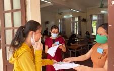Thí sinh làm thủ tục dự thi tốt nghiệp THPT năm 2020