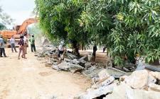 Người dân tự nguyện hiến đất, phá tường rào mở rộng tuyến đường Miền Tây đi qua