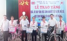 Trao tặng 100 xe đạp, 80 chiếc cặp cho học sinh