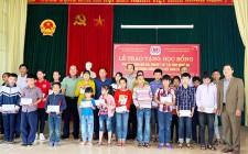 Trao 50 suất quà cho trẻ khuyết tật, trẻ mồ côi tại Nghĩa Đàn