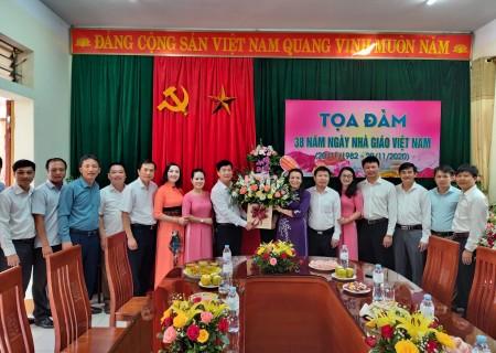 Lãnh đạo huyện chúc mừng ngày 20/11 tại phòng GD & ĐT