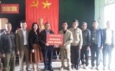 Ban Dân vận Tỉnh ủy Nghệ An  trao tiền hỗ trợ xây dựng thiết chế văn hóa