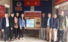 Bí thư Huyện ủy tặng quà cho các khối vùng giáo thị trấn Nghĩa Đàn