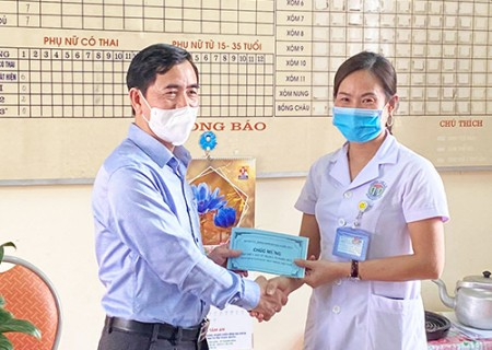 Đồng chí phó bí thư Thường trực Huyện ủy chúc mừng các y, bác sĩ và kiểm tra công tác phòng chóng dịch Covid - 19