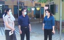 Đồng chí Bí thư Huyện ủy kiểm tra công tác phòng chống dịch Covid – 19 và tặng quà các cơ sở Y tế