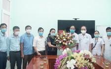 Lãnh đạo huyện Nghĩa Đàn thăm, tặng quà động viên cán bộ đang làm công tác phòng chống dịch Covid -19 tại Trung tâm Y tế huyện