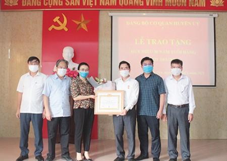 Phó Bí thư Thường trực Huyện ủy Nghĩa Đàn nhận Huy hiệu 30 năm tuổi Đảng