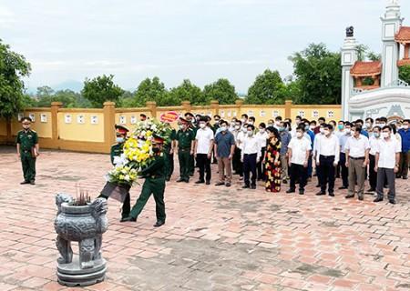 Các đồng chí lãnh đạo huyện Nghĩa Đàn viếng nghĩa trang liệt sỹ